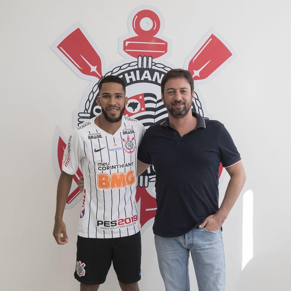 Everaldo, novo atacante do Corinthians, posa ao lado do diretor Duílio Monteiro Alves — Foto: Daniel Augusto Jr/Ag.Corinthians